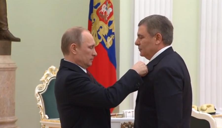 В.В. Путин награждает А.Б. Канокова